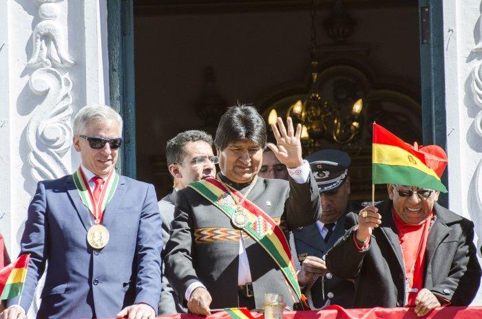 Piloto boliviano le pide a Evo Morales en el podio del rally Dakar que respete la Constitución y el 21F